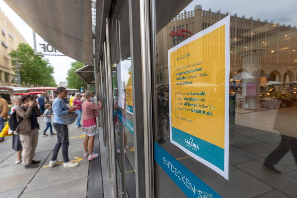 Kunden drückten sich an den Scheiben die Nasen platt. Nach Verkündung der Entscheidung blieb der Kaufhof gestern geschlossen.