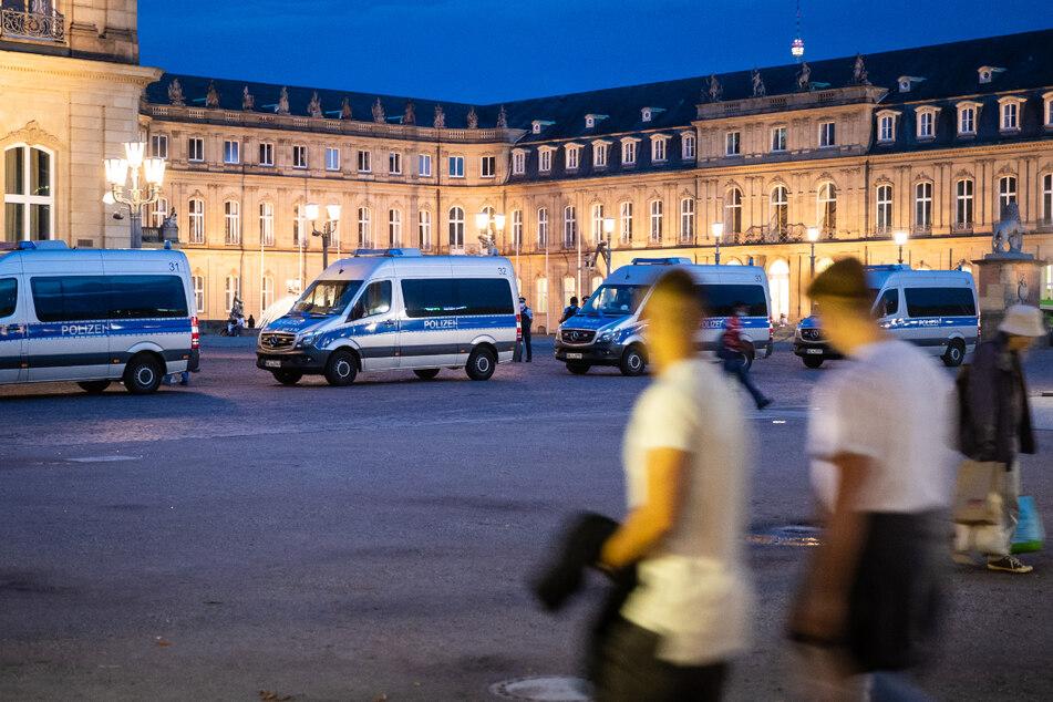 Einsatzwagen der Polizei stehen am Freitagabend in der Stuttgarter Innenstadt auf dem Schlossplatz.