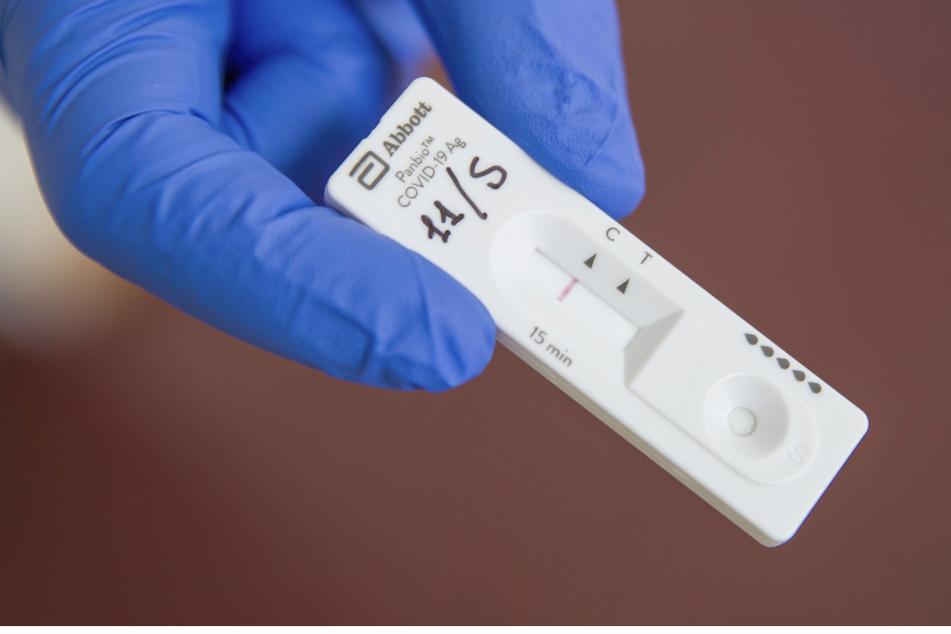 """Ein Corona-Schnelltest an einer Teststation für Schüler und Personal zeigt das Testergebnis """"negativ""""."""