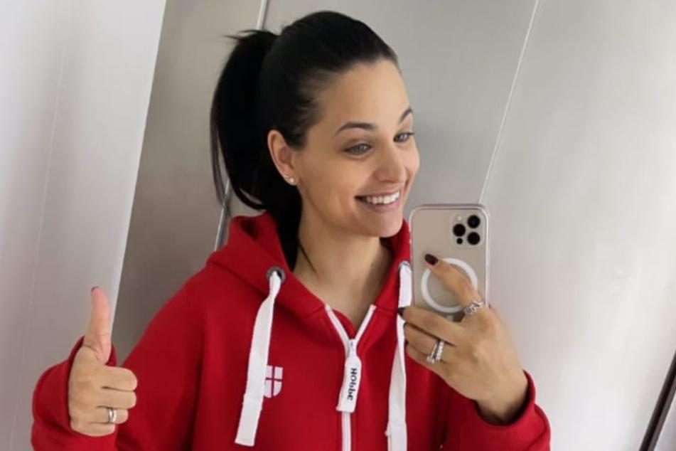 Amira Pocher (28) schießt im roten Onesie ein Selfie.