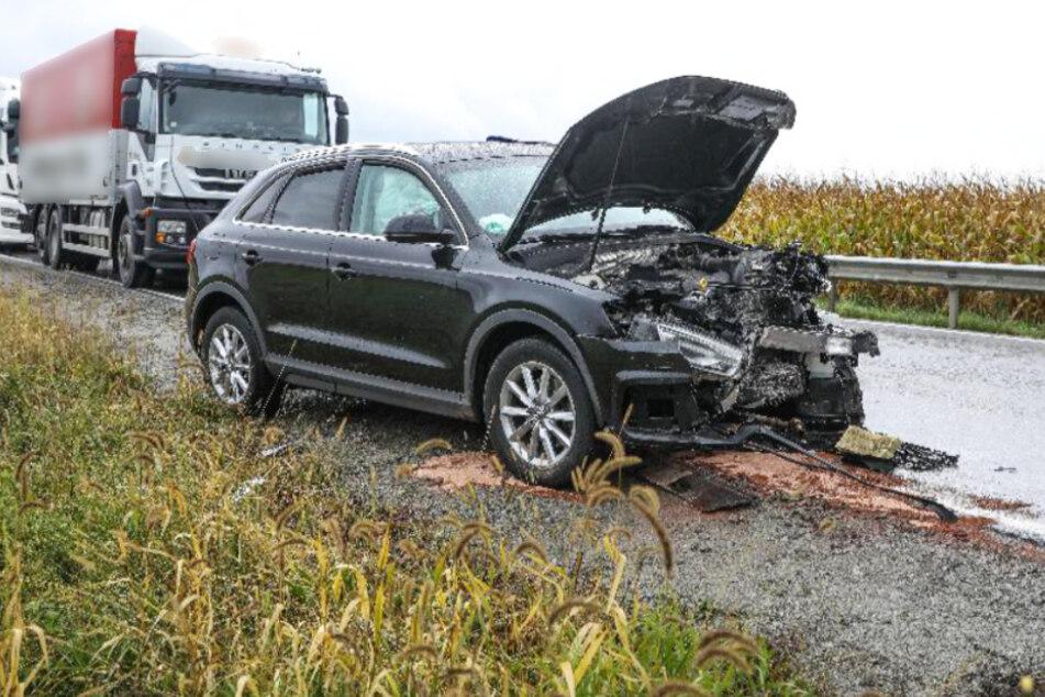 Senior kommt mit seinem Auto auf Gegenfahrbahn: Zwei Menschen bei Unfall verletzt
