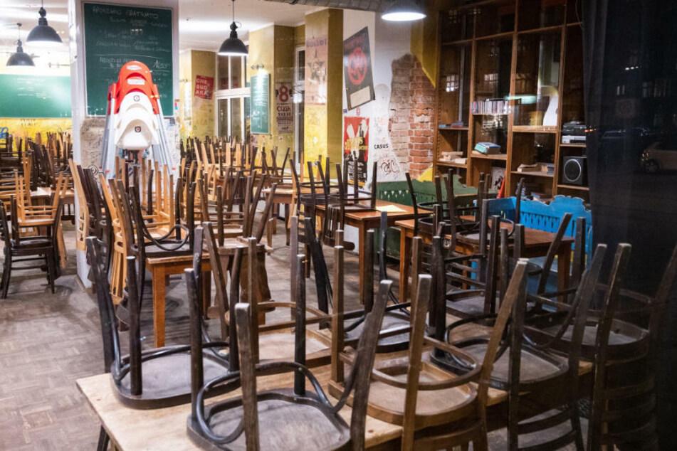 In einem geschlossenen Restaurant sind die Stühle umgedreht auf den Tischen. Dehoga-Hauptgeschäftsführerin Ingrid Hartges (60) forderte am Donnerstagmorgen schnelle und unbürokratische Hilfen vom Bund. (Symbolfoto)
