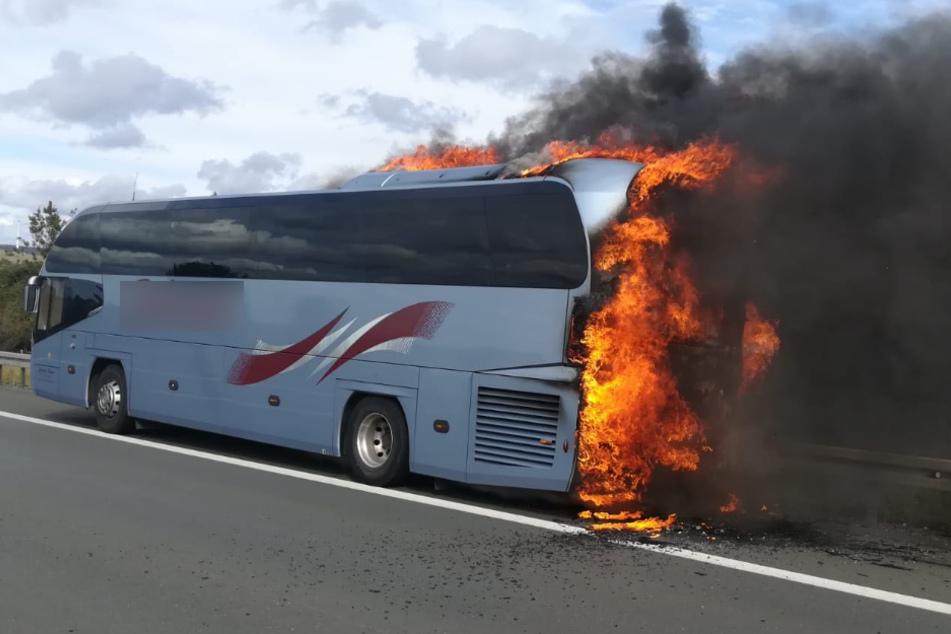 Schock für 40 Fahrgäste: Reisebus fängt auf Autobahn Feuer!