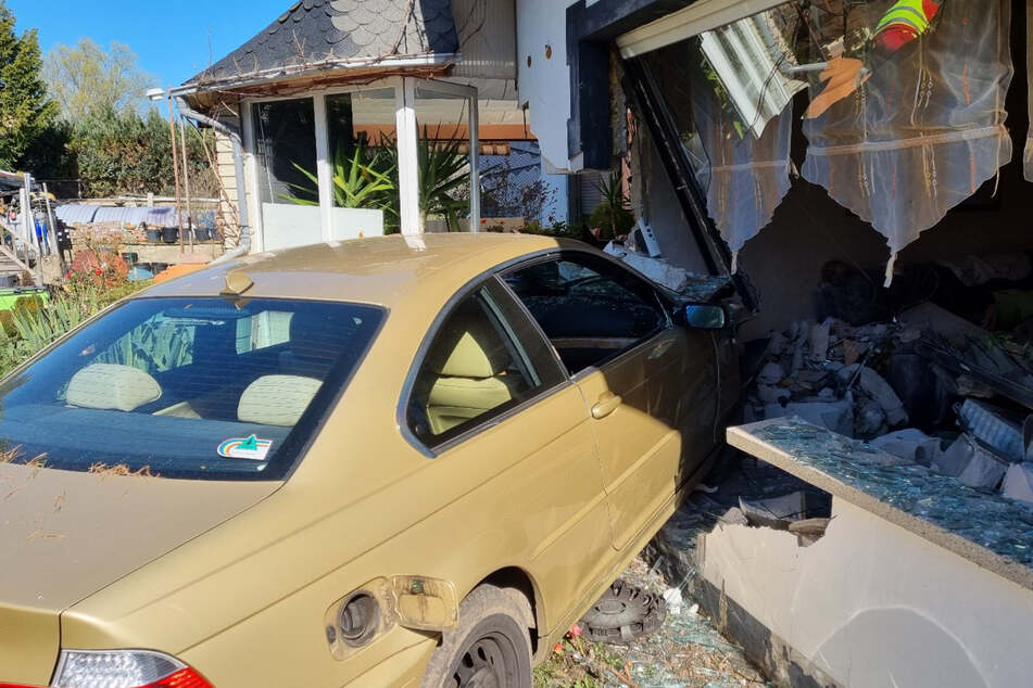 Einsturzgefahr nach Crash: 84-Jähriger rast in Nachbarhaus!