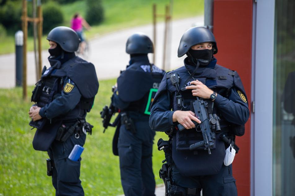 Oppenau, 14. Juli 2020: Polizisten in Schutzmontur stehen vor einer Mehrzweckhalle.