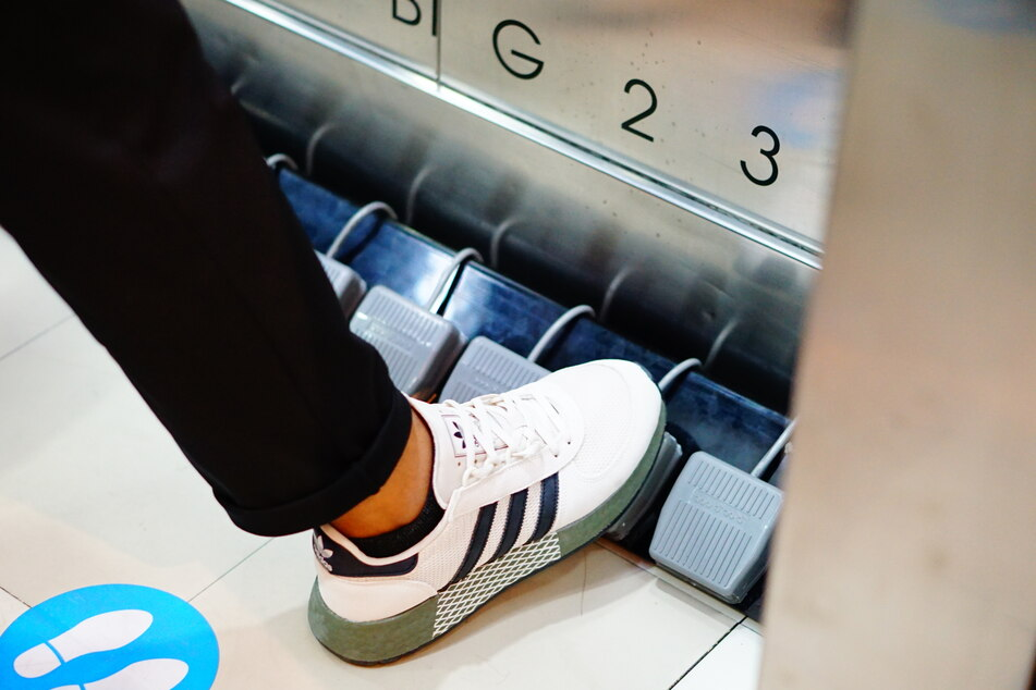 In einem Shoppingcenter in Bangkok kann man seit Kurzem den Aufzug per Fuß bedienen.