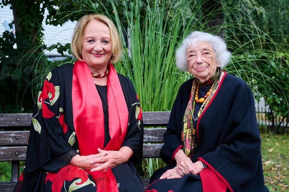 Sabine Leutheusser-Schnarrenberger (70, l.), Antisemitismusbeauftragte von Nordrhein-Westfalen, und Margot Friedländer (99), Holocaust-Zeitzeugin, sitzen im Garten des Schlosspark Theaters Berlin.