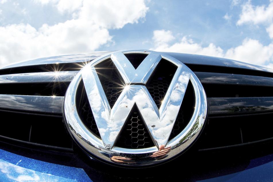 Das Volkswagen-Logo glänzt in der Sonne. Die insgesamt wieder deutlich anziehenden Verkäufe haben den Volkswagen-Konzern im ersten Halbjahr voraussichtlich endgültig aus dem Corona-Absatztief Mitte 2020 gezogen.