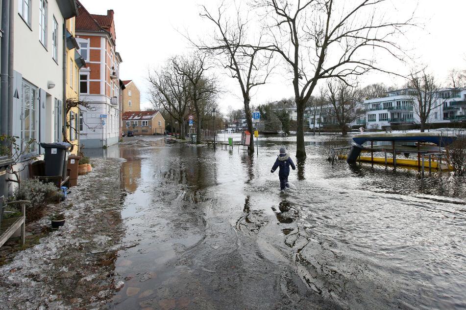Eine Straße in der Altstadt von Lübeck ist größtenteils von der Trave überflutet.