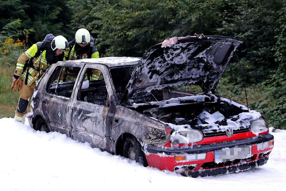 Am Sonntag wurde der rote VW Golf geklaut. Zwei Tage später stand er dann brennend am Trachauer Bahnhof.