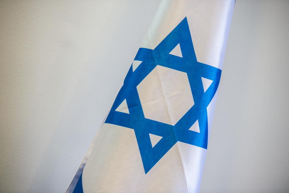 Vor dem Rathaus Düsseldorf haben Unbekannte eine gehisste israelische Flagge angezündet. Staatsanwaltschaft und Staatsschutz haben die Ermittlungen aufgenommen. (Archivbild)