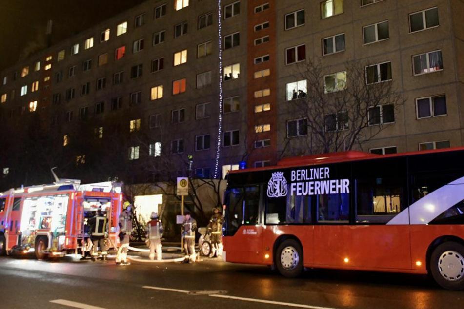 Die Berliner Feuerwehr steht mit einem Großaufgebot vor einem Wohnhaus in Berlin-Weißensee, wo in der Nacht zu Donnerstag im Erdgeschoss brannte.