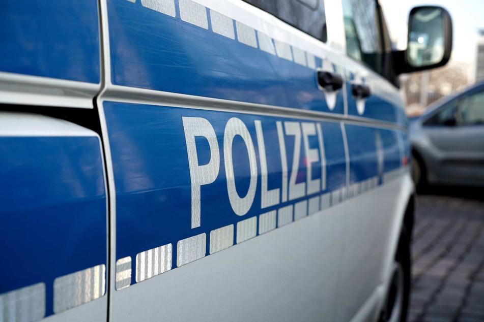 Paketzusteller mit Pistole bedroht und ausgeraubt: Täter auf der Flucht!