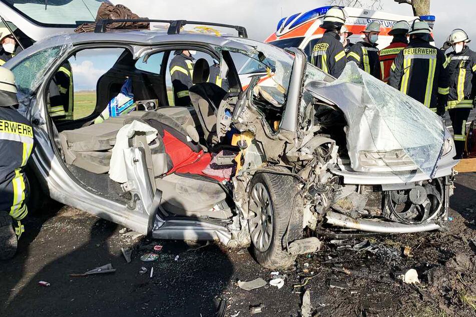 Auto rast frontal gegen Baum: Zwei Menschen schwer verletzt