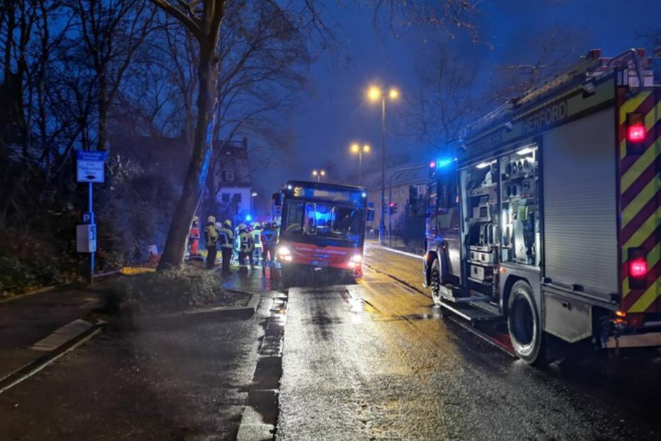 Der Bus musste durch die Feuerwehr seitlich angehoben werden, um die Person bergen zu können.