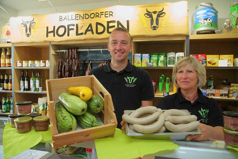 Im Ballendorfer Hofladen bieten Katrin (56) und Martin Kurth (38) Produkte vom Hof und aus der Region an.