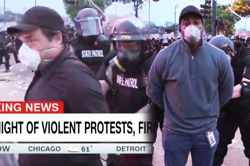 Vor laufenden Kameras: TV-Team wird bei Demo gegen Polizeigewalt verhaftet
