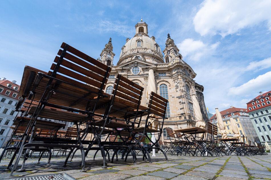 Tische und Stühle von Restaurants vor der Frauenkirche dürften bald wieder besetzt sein.