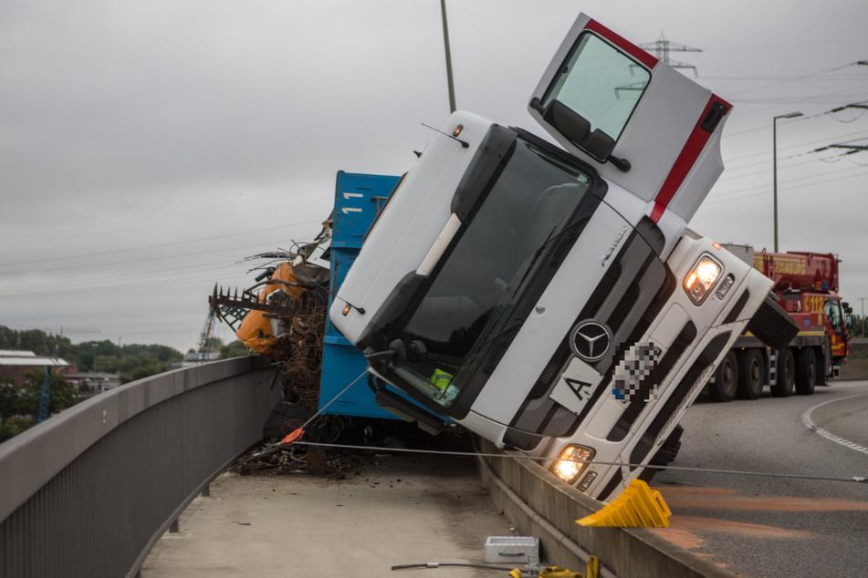 Der Lastwagen stürzte um und verlor Teile seiner Ladung.