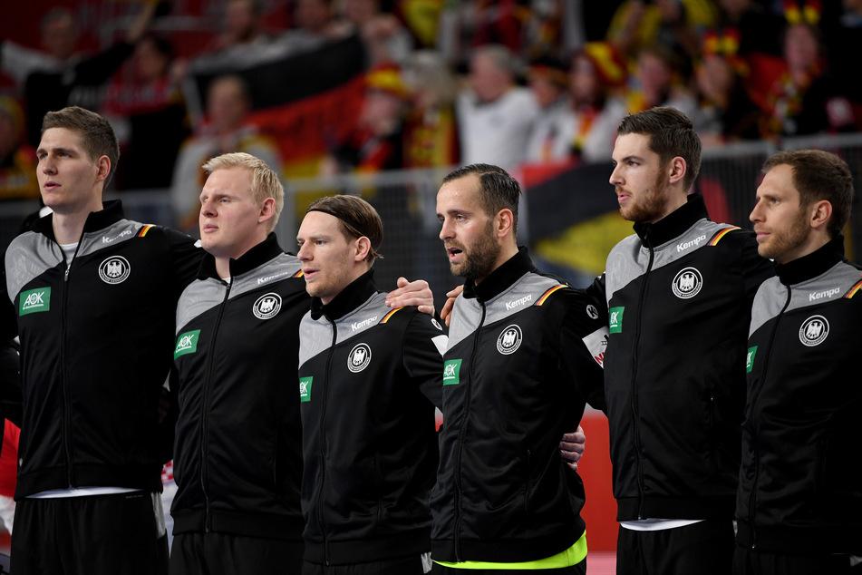 Deutschlands Finn Lemke (l-r), Patrick Wiencek, Tobias Reichmann, Torhüter Silvio Heinevetter, Hendrik Pekeler und Steffen Weinhold singen vor Spielbeginn die Nationalhymne.