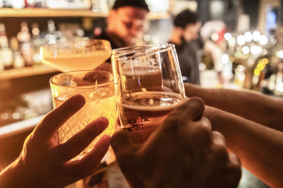 Trotz Corona-Beschränkungen! Mehr als 100 Menschen feiern wilde Party