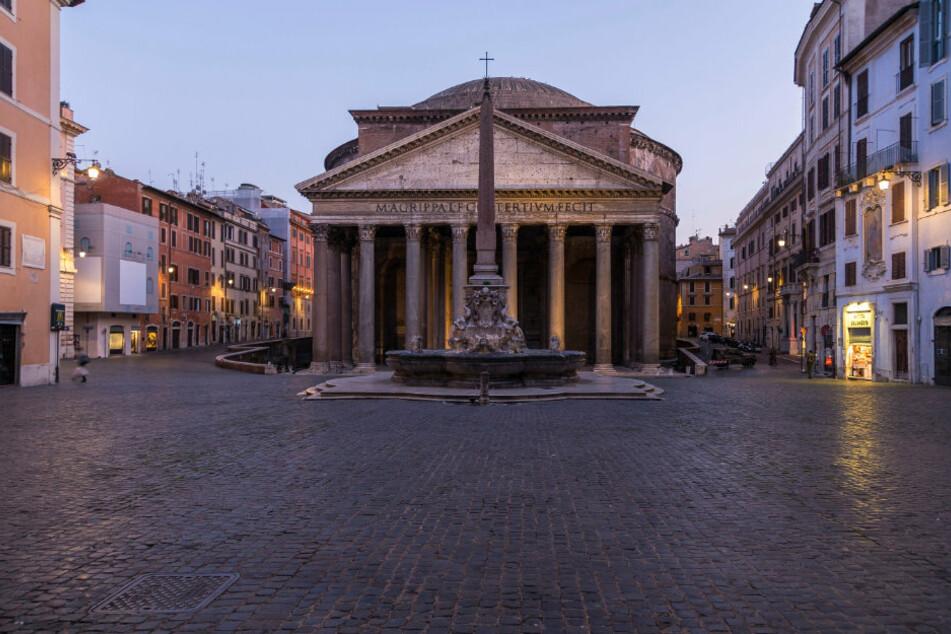 Italien, Rom: Das Gebiet um das Pantheon steht an einem Freitagabend menschenleer, in einer Zeit des Jahres, in der es normalerweise von Touristen und Barbesuchern überfüllt wäre.