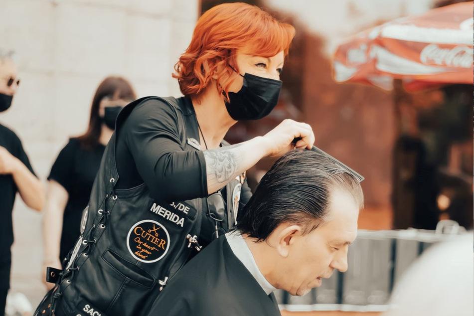 """Die Handwerksmeisterin Claudia Mihaly-Anastasio (47) steht als sogenannter Zenturio dem Chapter Sachsen des karitativen Vereins """"Barber Angels Brotherhood"""" vor."""