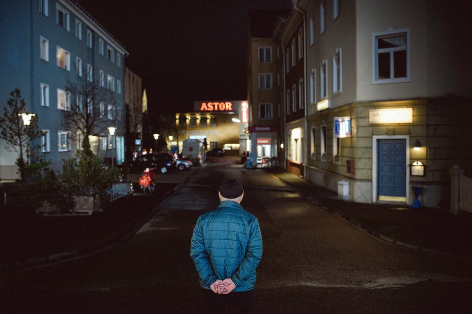 """Hans W. Geißendörfer, Produzent und Erfinder der ARD-Serie """"Lindenstraße"""" wirft auf dem WDR-Gelände einen letzten Blick auf die Straße."""