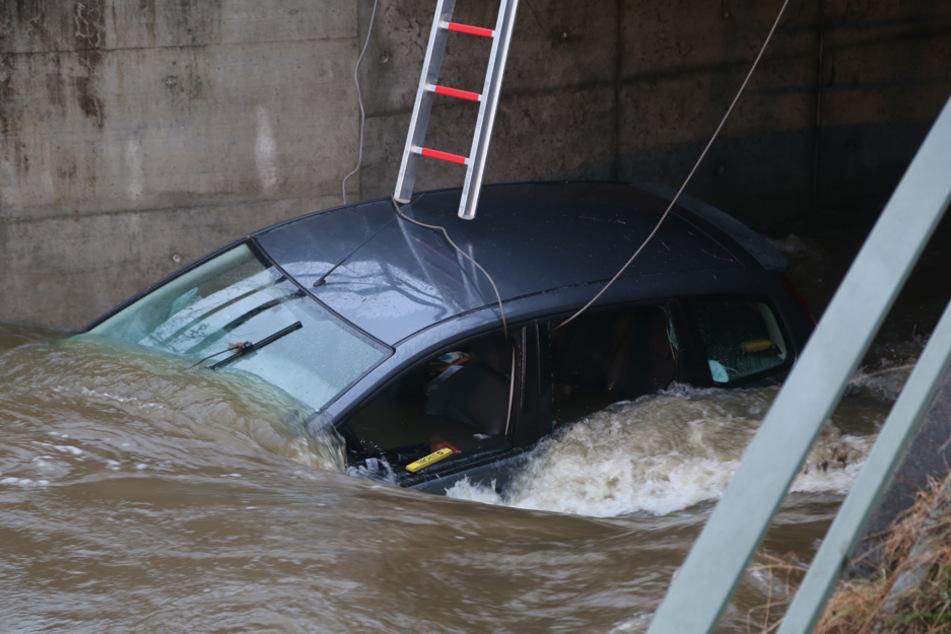 Reise nimmt nasses Ende: Auto landet im Hochwasser und verkantet sich an Brücke