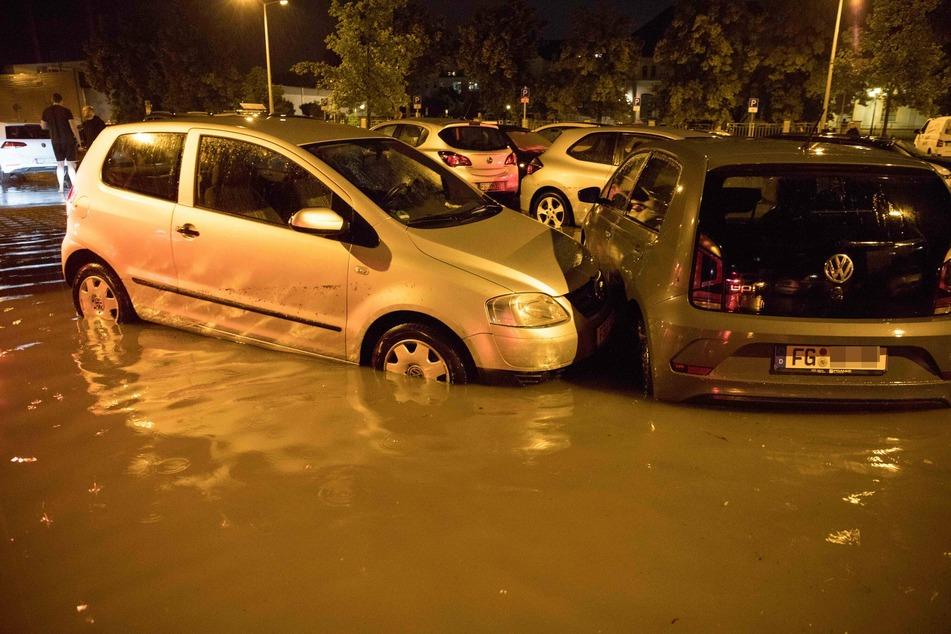 In Freiberg standen am Dienstagabend etwa 50 Autos auf einem Parkplatz im Wasser.