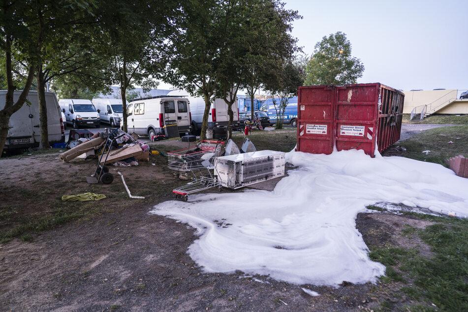 Polizei mit gelegten Bränden angelockt? Wütender Mob bewirft Einsatzkräfte mit Steinen