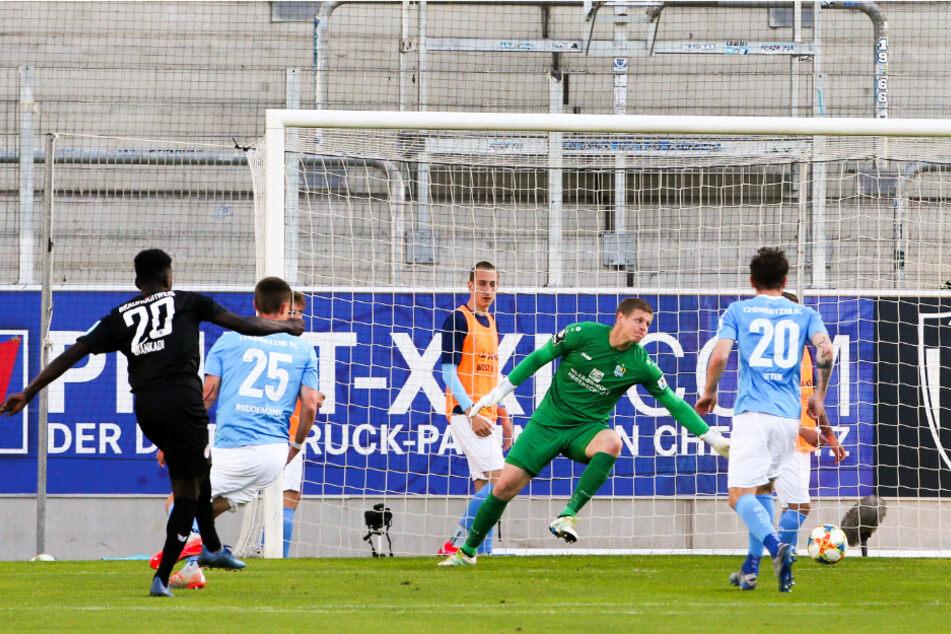 Tor durch Merveille Biankadi (25, l.)! Der Offensivspieler traf hier am 23. Juni gegen den Chemnitzer FC um Keeper Jakub Jakubov zum 2:0 für die Löwen.