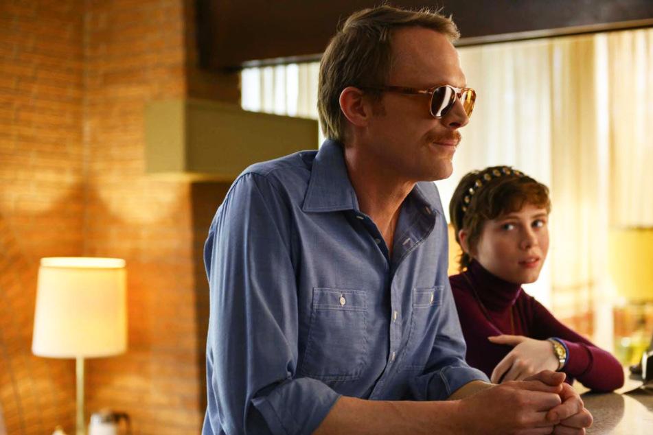 Frank (l., Paul Bettany) ist zwar 46 Jahre alt, konnte sich aber noch nie offen bei seiner Familie ausleben. Bei Beth (Sophia Lillis) ist das anders.