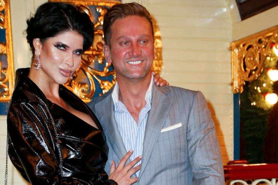 Micaela Schäfer und ihr Freund Adriano Hess kommen zur Premiere des Roncalli-Weihnachtszirkus.