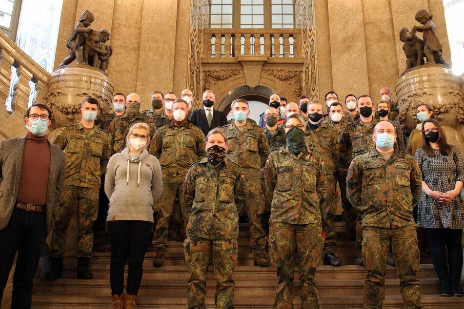 Zum Abschied - stillgestanden! Die 20 Corona-Soldaten haben das Dresdner Rathaus verlassen.