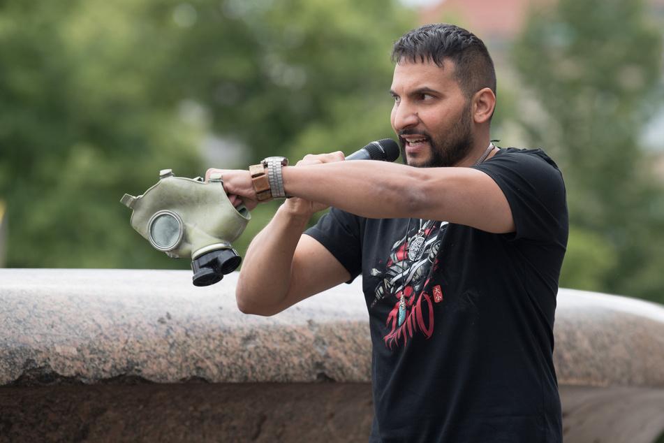 Attila Hildmann (39) spricht bei einer Demonstration gegen die Corona-Einschränkungen im Lustgarten und hält dabei eine ABC-Schutzmaske.