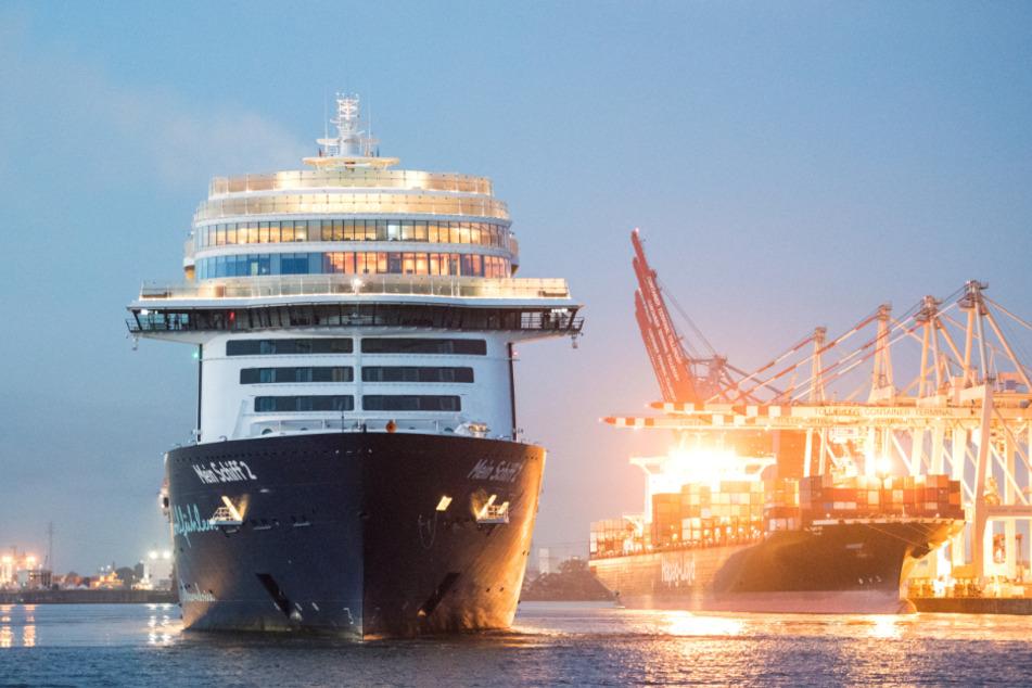 """Ende Juli nahm Tui das Kreuzfahrtgeschäft wieder auf. Die """"Mein Schiff 2"""" läuft nach einem dreitägigen Tripp in Hamburg ein."""