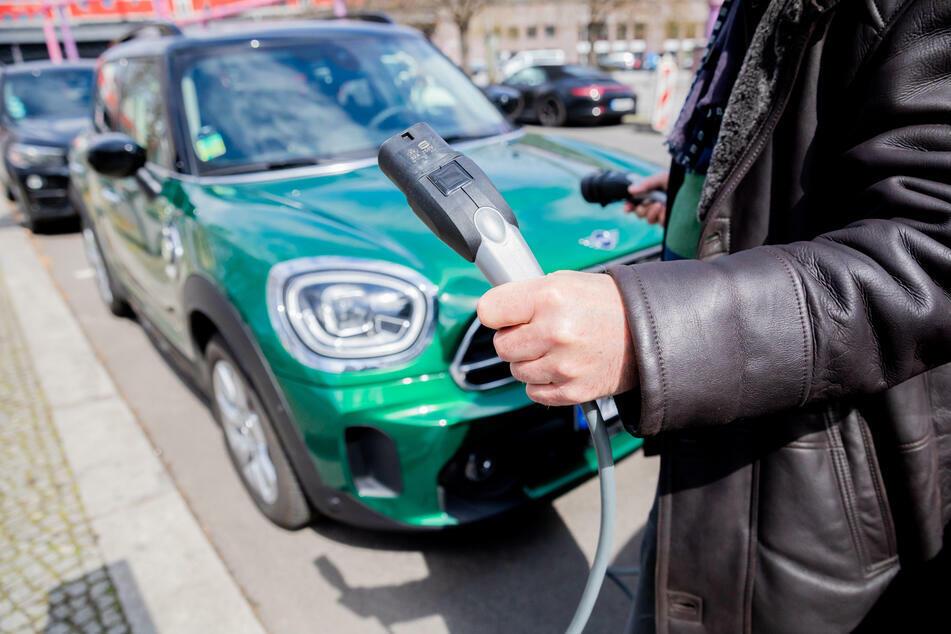 Mit Strom zu tanken spart jährlich spürbar mehr Geld ein, als weiterhin auf Benziner zu setzen. (Symbolbild)