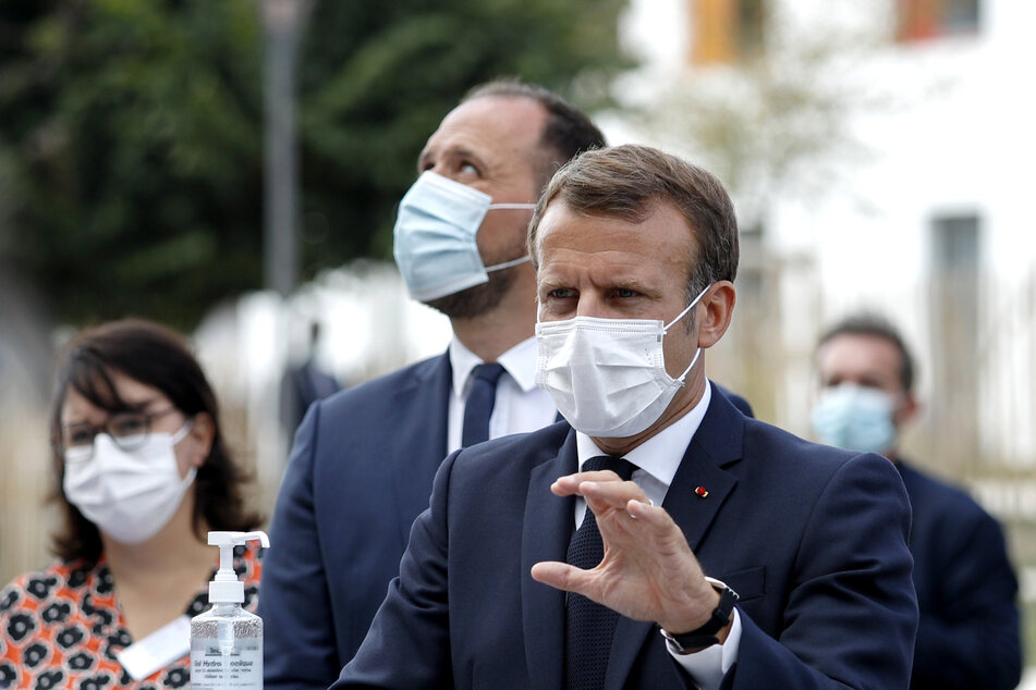 Macron will die Arbeit der Pflegerinnen und Pfleger würdigen und besondere Aufmerksamkeit auf ältere Menschen richten.