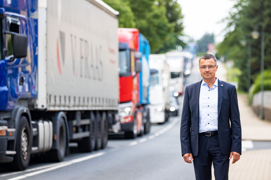 Wilsdruffs Bürgermeister Ralf Rother (49, CDU) an der Nossener Straße. Dort quälen sich fast täglich Laster-Kolonnen durch den Ort.