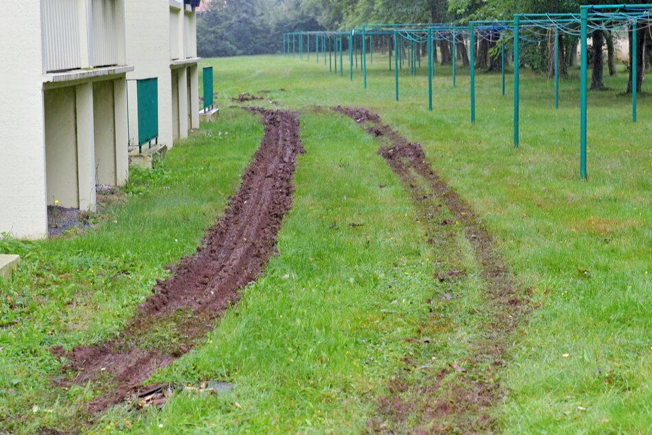 Mit acht Fahrzeugen kam die Feuerwehr, das hinterließ auch auf dem Rasen im Garten einige Rückstände.