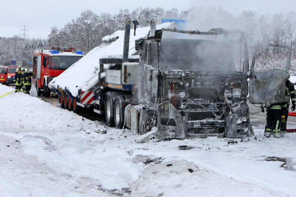Der Lkw brannte im Frontbereich komplett aus.