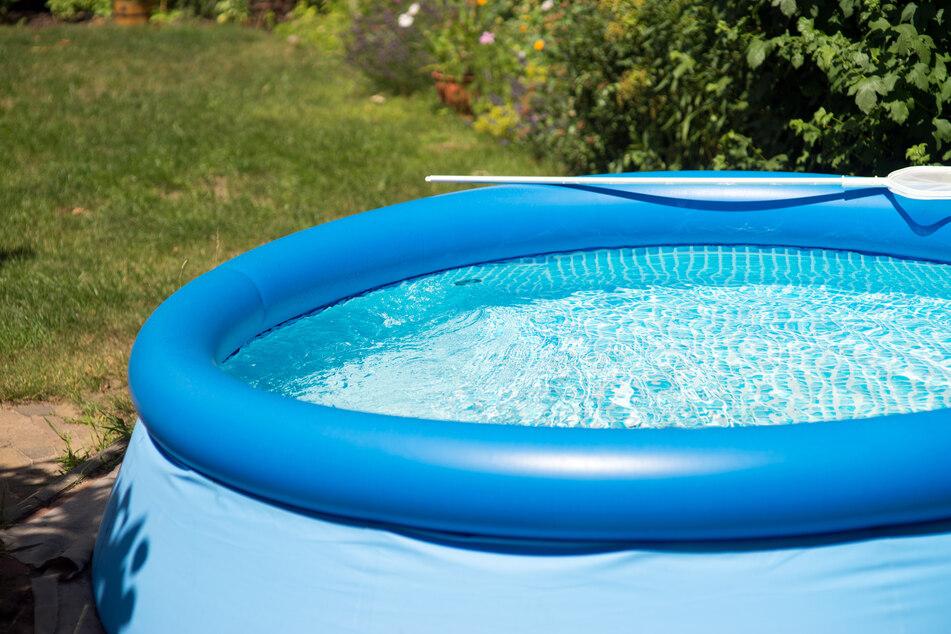 Wie geht denn das? Unbekannte klauen drei Meter großen Pool aus Garten