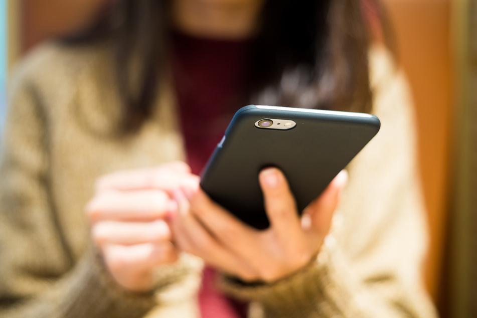 Kinder und Jugendliche haben laut Ifo-Umfrage während des Lockdowns mehr Zeit mit Computerspielen oder ihrem Handy verbracht. (Symbolbild)
