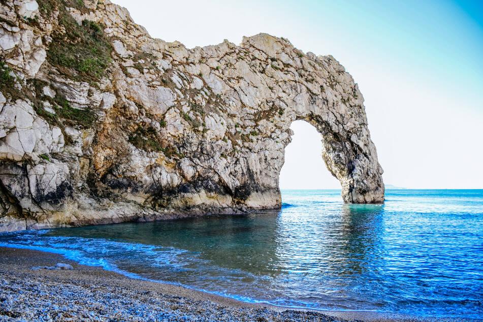 """Die Felsbrücke """"Durdle Door"""" ist nicht nur UNESCO-Weltnaturerbe, sondern auch ein beliebter Touristen-Hotspot. (Symbolbild)"""