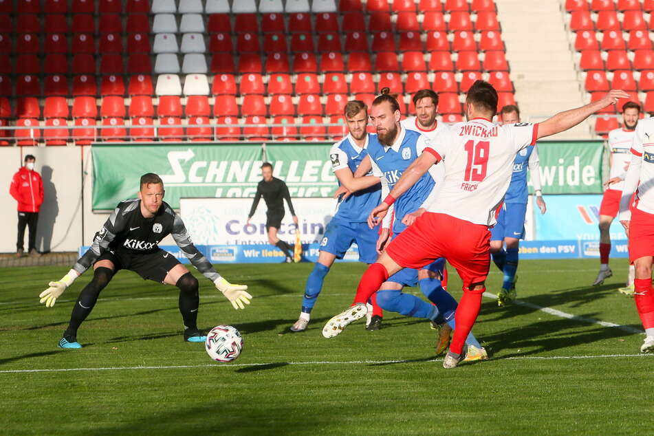 FSV-Urgestein Davy Frick (r., Nr. 19) hätte gern mit einem Tor unter Beweis gestellt, dass er in Topform ist. Doch Meppens Torwart Erik Domaschke (l.) konnte seinen Ball halten.
