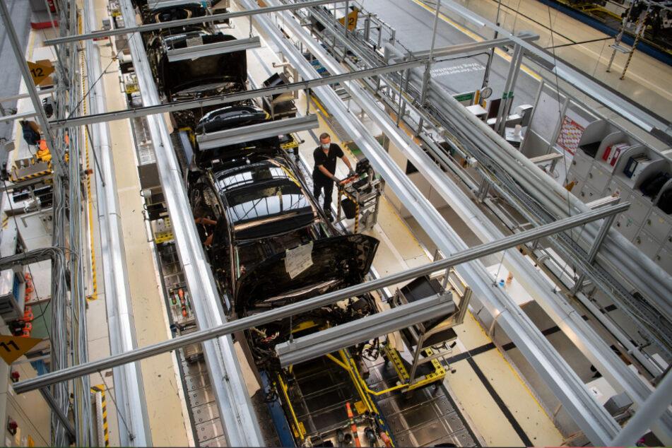 Sindelfingen: Mitarbeiter der Daimler AG tragen in der Produktion der S-Klasse Mundschutz. Die Corona-Pandemie hat die Geschäfte der Dax-Konzerne im zweiten Quartal schwer getroffen.