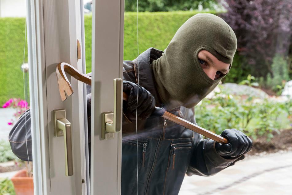 Gekippte Fenster oder Terrassentüren stellen für Einbrecher kein Hindernis dar. (Symbolbild)