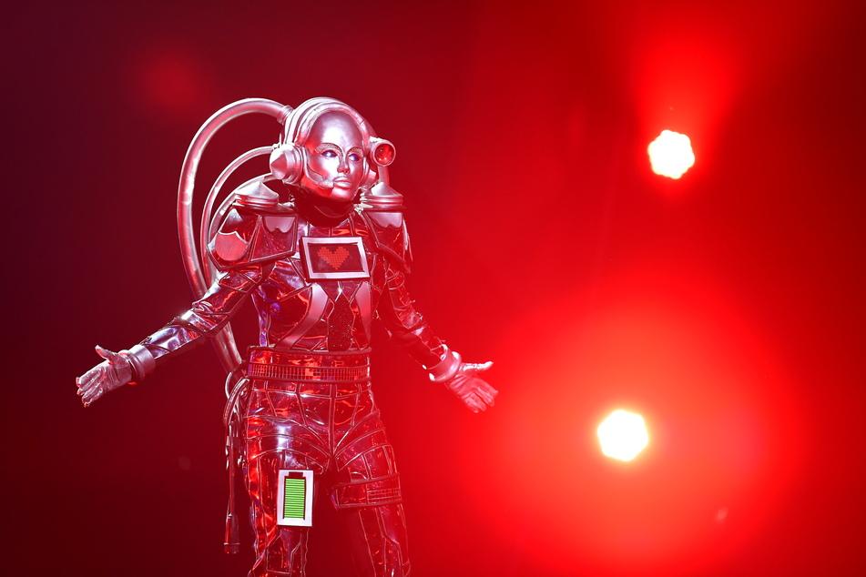"""Die Figur """"Der Roboter"""" steht in der Prosieben-Show """"The Masked Singer"""" auf der Bühne."""