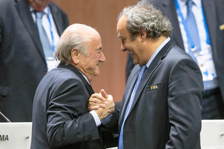 FIFA-Präsident Joseph Blatter (l) und UEFA-Präsident Michel Platini geben sich beim 65. FIFA Kongress in Zürich (Schweiz) im Jahr 2015 die Hand.